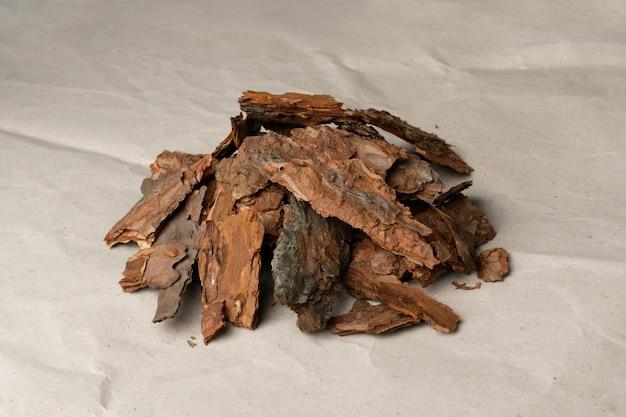 Pilha de casca de pinheiro