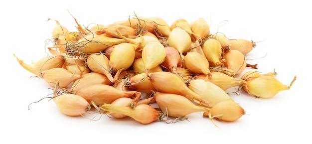 Pilha de cebolas douradas isolada no branco