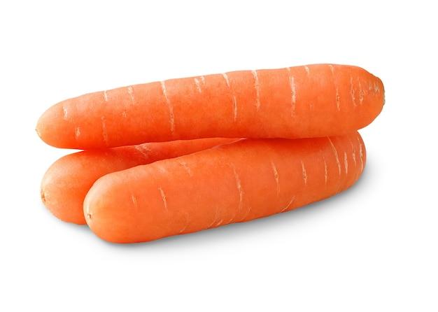 Pilha de cenouras cruas isoladas na superfície branca