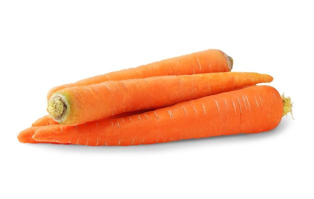 Pilha de cenouras cruas isoladas no espaço em branco