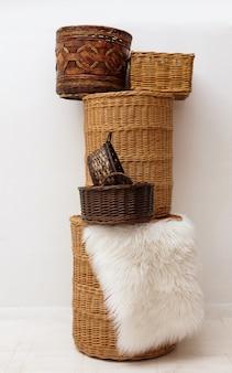Pilha de cestas de cana-de-bambu com palha de vime natural