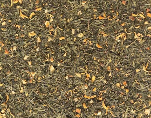 Pilha de chá verde seco com aditivos