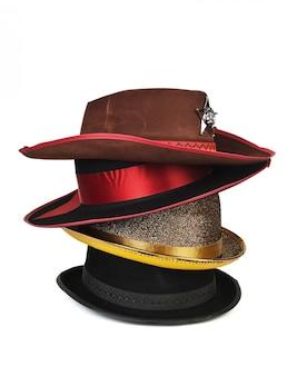 Pilha de chapéus diferentes, isolado no fundo branco