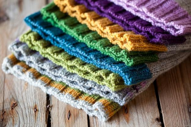 Pilha de chapéus multicoloridos de malha
