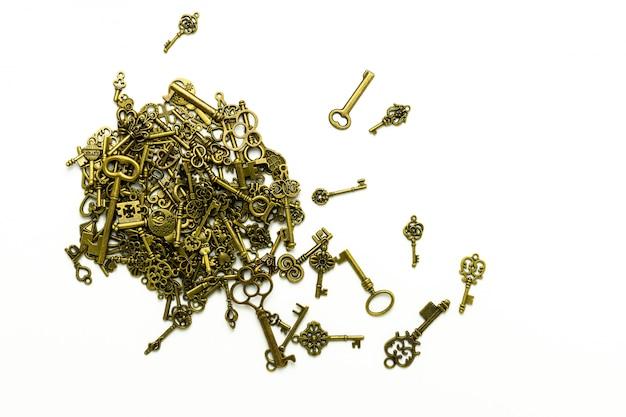 Pilha de chaves antigas de latão isoladas