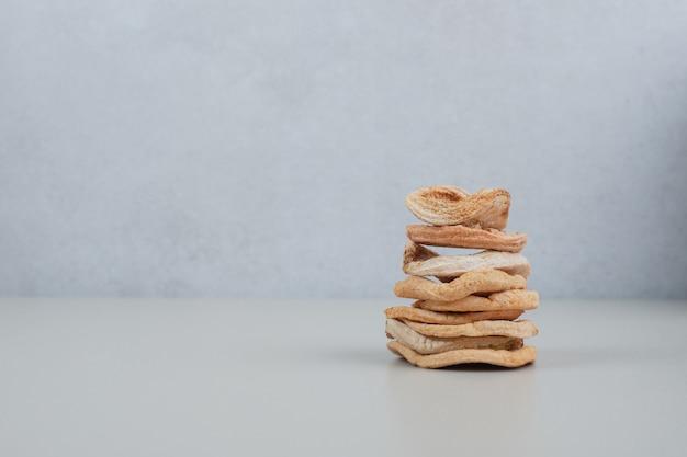 Pilha de chips de maçã secos na superfície branca