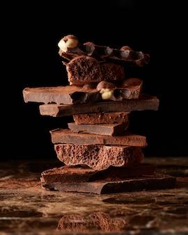 Pilha de chocolate amargo isolado em uma superfície de mármore escuro