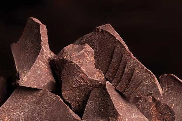 Pilha de chocolate amargo, pedaço doce de sobremesas de cacau