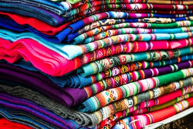 Pilha de cobertores coloridos com diferentes tramas