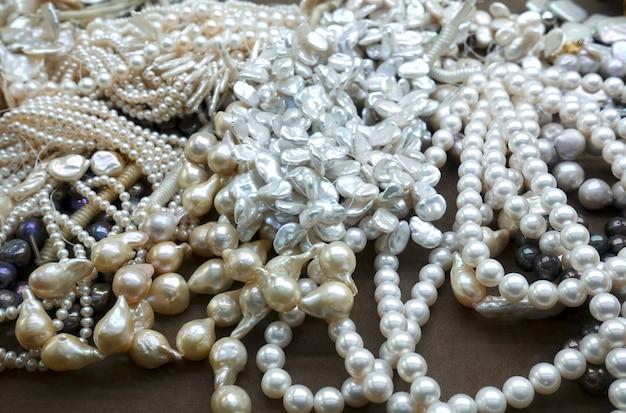 Pilha de colares de pérolas