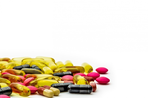 Pilha de comprimidos de medicamento e cápsulas de vitamina