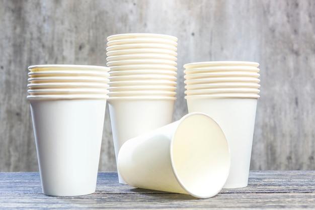 Pilha de copos de isopor branco na mesa
