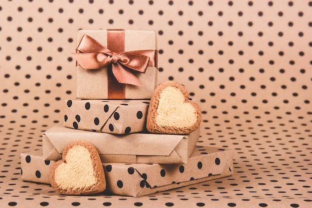 Pilha de corações presentes e biscoitos
