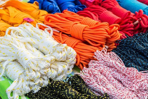 Pilha de corda de nylon enrolada.