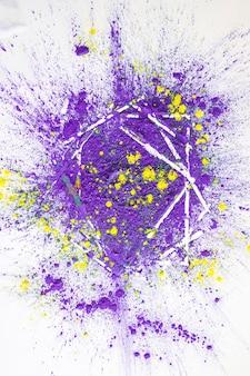 Pilha de cores secas brilhantes violetas e amarelas