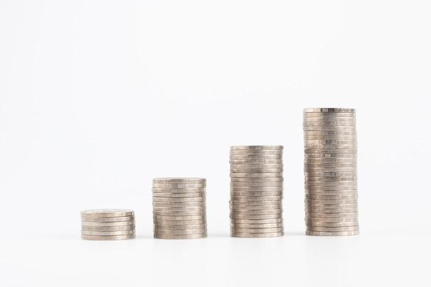 Pilha de crescimento de moedas de dinheiro isolado no branco com traçado de recorte