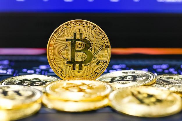 Pilha de criptomoedas bitcoin em um fundo de gráfico de crescimento em uma tela de laptop