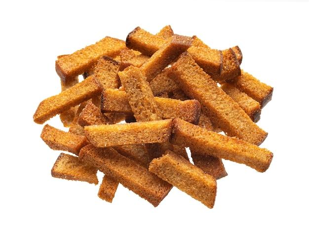 Pilha de croutons de pão de centeio, palitos de pão crocante salgado isolados no fundo branco