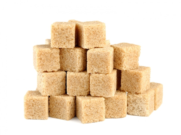 Pilha de cubos de açúcar de cana, isolado no branco
