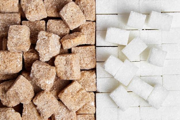 Pilha de cubos de açúcar não refinado de cana branca e marrom, vista de cima