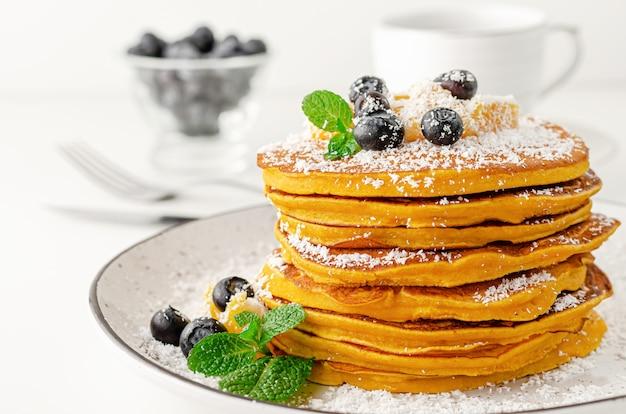 Pilha de deliciosas panquecas com mirtilos. sobremesa tradicional americana do café da manhã.