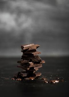 Pilha de delicioso chocolate ao leite e fundo desfocado