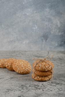 Pilha de deliciosos biscoitos de aveia colocados na superfície de mármore.