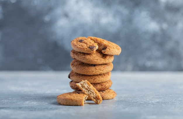 Pilha de deliciosos biscoitos de chocolate no fundo de mármore