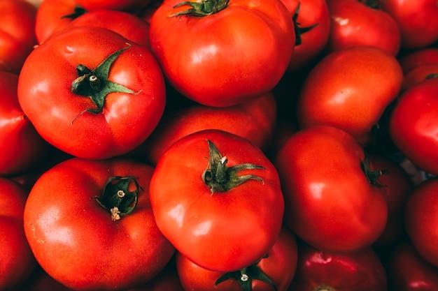 Pilha de deliciosos tomates