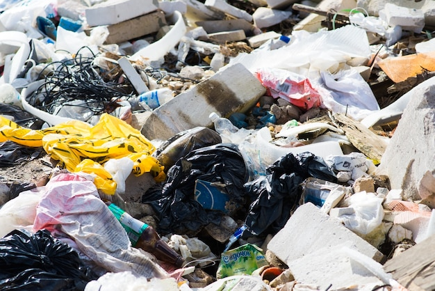 Pilha de depósito de lixo na floresta, problemas ambientais da natureza. poluição global da terra.