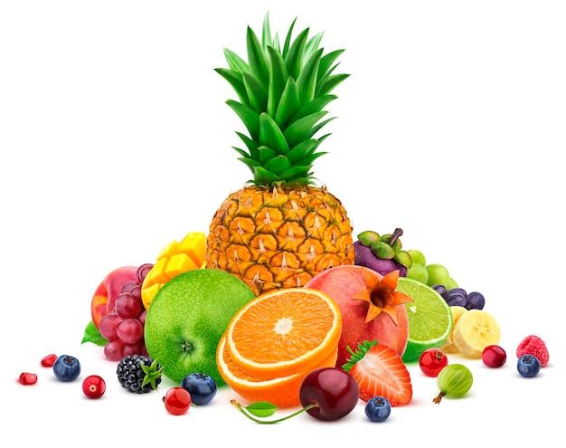 Pilha de diferentes frutas tropicais inteiras e fatiadas, isoladas no fundo branco