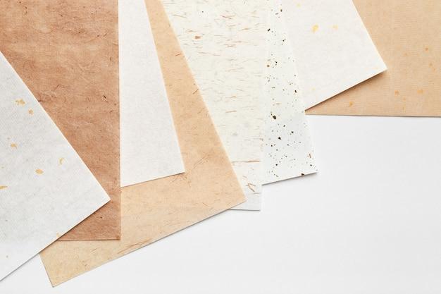 Pilha de diferentes papéis artesanais em um fundo branco