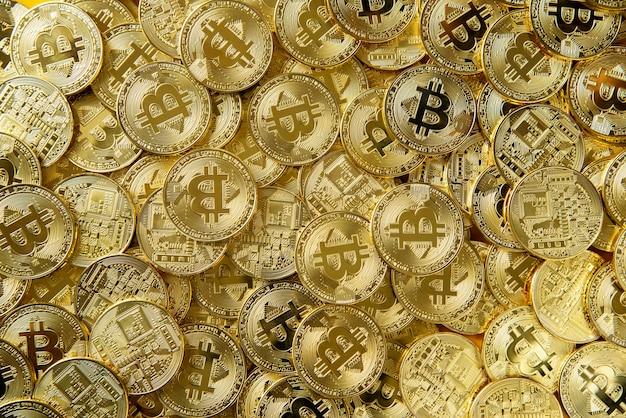 Pilha de dinheiro de bitcoin de ouro
