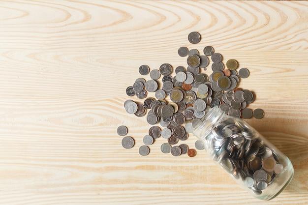 Pilha de dinheiro de moedas e bloqueio com espaço para o fundo do texto. economizando o conceito de dinheiro. finanças, conceito de economia.