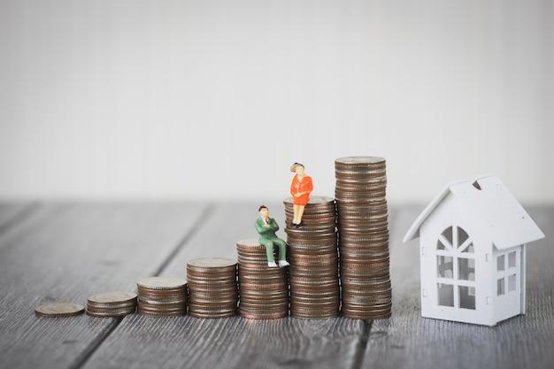 Pilha de dinheiro moeda dinheiro intensificar casa branca, investimento imobiliário e hipoteca da casa financeira