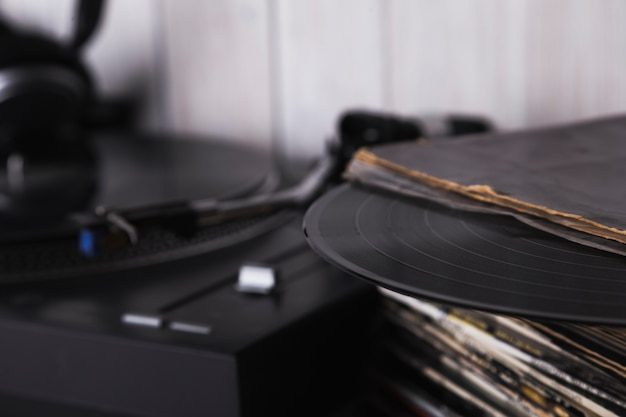 Pilha de discos de vinil perto de toca-discos