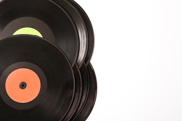 Pilha de discos de vinil preto sobre fundo branco