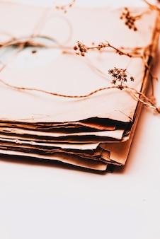 Pilha de discos de vinil velhos empoeirados riscados amarrados com corda
