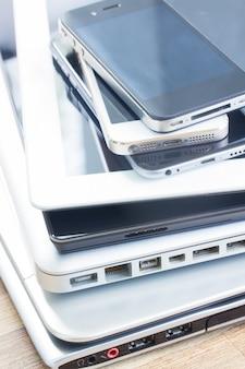 Pilha de dispositivos eletrônicos modernos close-up. conceito de tecnologia