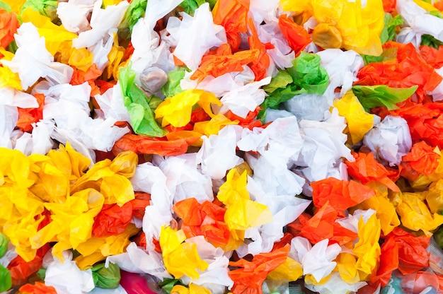 Pilha de doces e balas de caramelo com colorido para o fundo