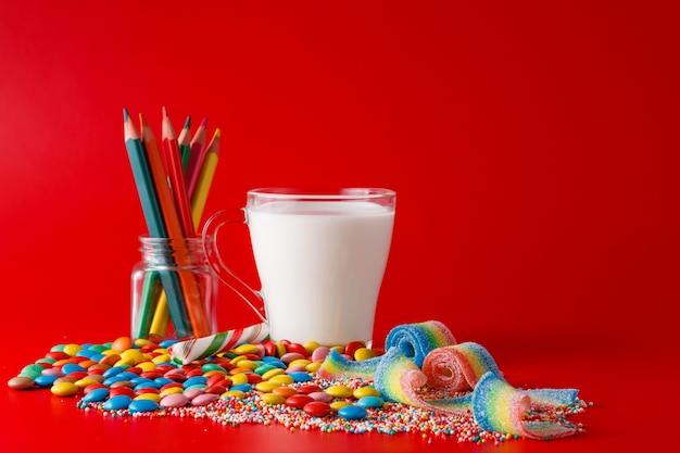 Pilha de doces no espaço vermelho