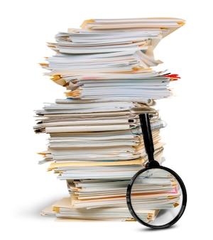 Pilha de documentos, arquivos com lupa