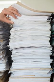 Pilha de documentos comerciais de papel de escritório.