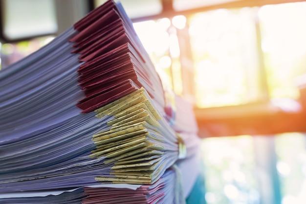 Pilha de documentos de um pacote inacabado na mesa de escritório, pilha de papel comercial