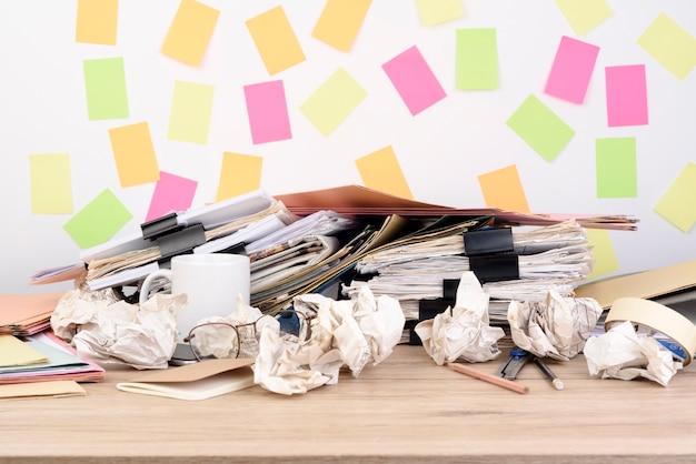 Pilha de documentos e ritmo de clipe de papel de volta na mesa de madeira no escritório.