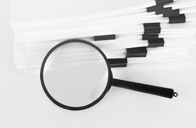 Pilha de documentos em papel com lupa