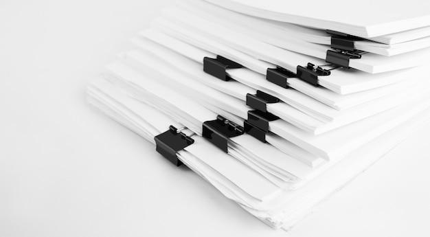 Pilha de documentos em papel de relatório para mesa de negócios. conceito de escritórios de negócios, foco suave.