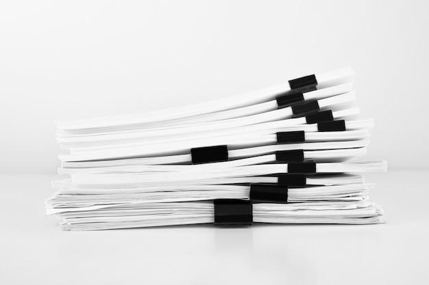 Pilha de documentos em papel de relatório para mesa de negócios, papéis de negócios para arquivos de relatórios anuais