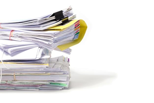 Pilha de documentos isolados no fundo branco