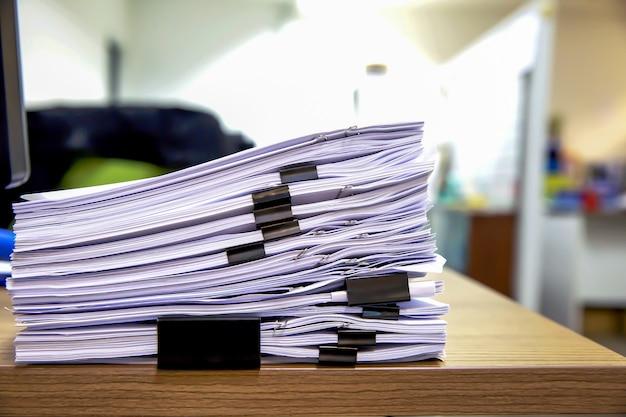 Pilha de documentos na mesa de reunião